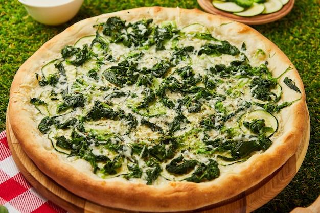 Pizza de espinafre para vegetarianos. estilo de vida vegano de nutrição saudável.