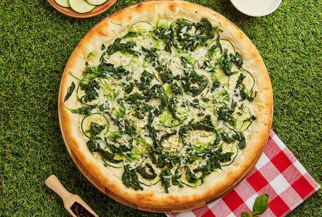 Pizza de espinafre para vegetarianos.