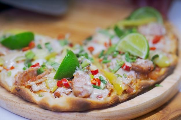 Pizza de estilo tailandês quente e picante, mercado de comida de rua tailandês