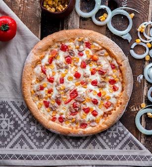 Pizza de frango com tomate e molho ranch