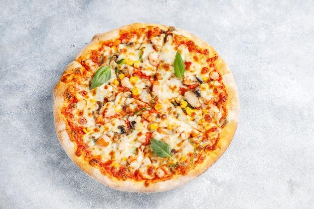Pizza de frango saboroso com cogumelos e especiarias