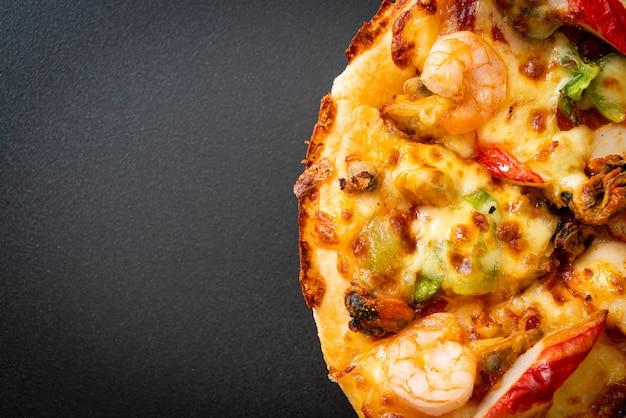 Pizza de frutos do mar (camarão, polvo, mexilhão e caranguejo) em bandeja de madeira