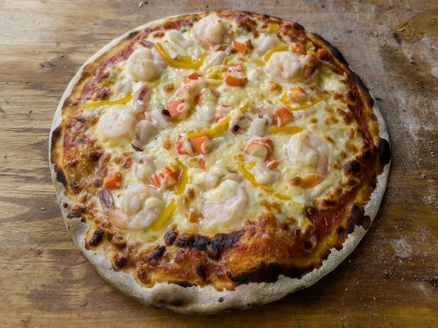 Pizza de frutos do mar caseira em forno a carvão