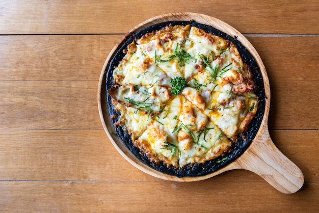 Pizza de frutos do mar chaco na mesa de madeira