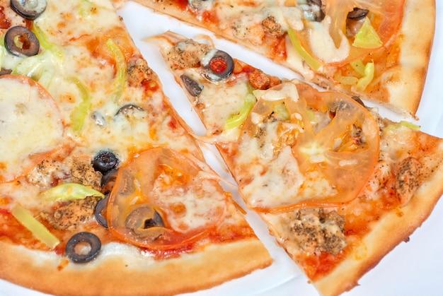 Pizza de frutos do mar closeup com salmão, camarão, tomate, pimenta, azeitona e queijo mussarela em um espaço em branco