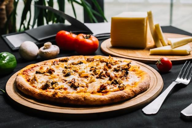 Pizza de frutos do mar com camarão mexilhão lula e queijo