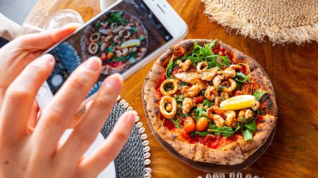 Pizza de frutos do mar delicioso estilo italiano. comida de fotografia.