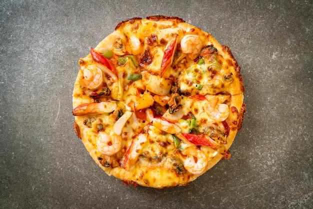 Pizza de frutos do mar isolada em fundo branco