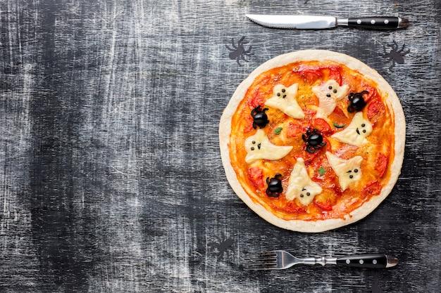 Pizza de halloween com fantasmas e talheres