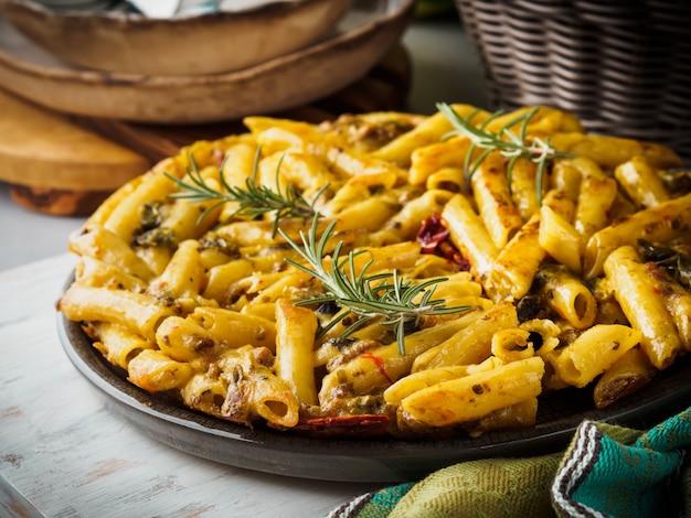 Pizza de macarrão frito italiano com penne e pimentão