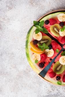 Pizza de melancia com frutas e bagas