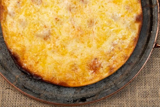 Pizza de mussarela brasileira, vista de cima