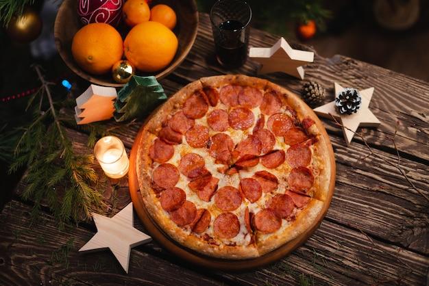 Pizza de natal no tabuleiro de madeira