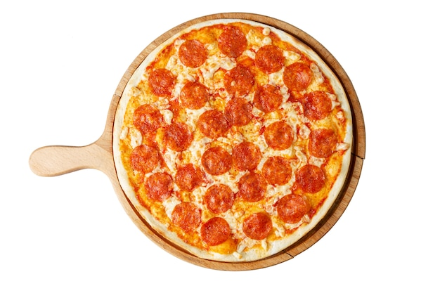 Pizza de pepperoni apetitosa em uma placa de madeira