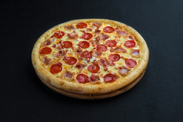 Pizza de pepperoni caseira quente pronta para comer