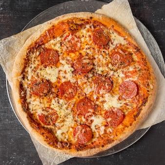 Pizza de pepperoni com vista de cima na bandeja