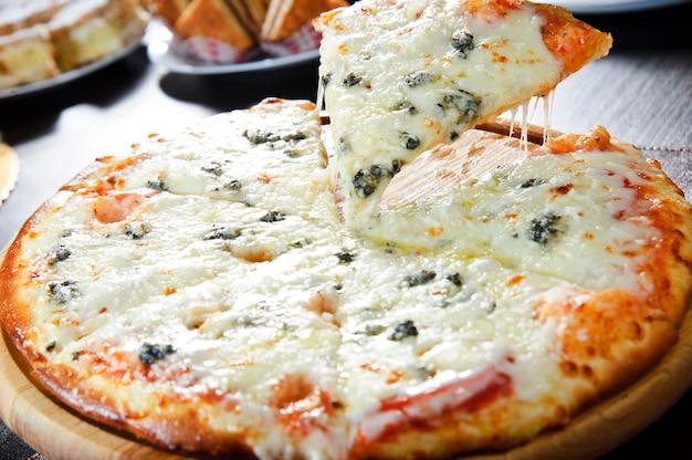 Pizza de pepperoni cozida fresca, profundidade de campo rasa.