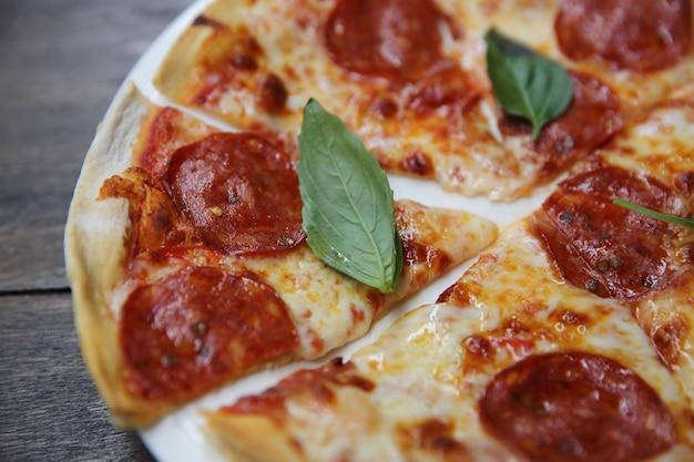 Pizza de pepperoni na madeira