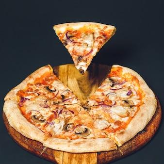 Pizza de pepperoni quente voando