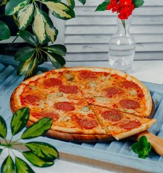 Pizza de pepperoni redonda em cima da mesa