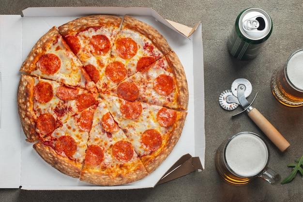 Pizza de pepperoni saboroso.
