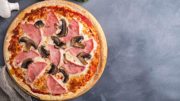 Pizza de presunto e cogumelos. vista do topo