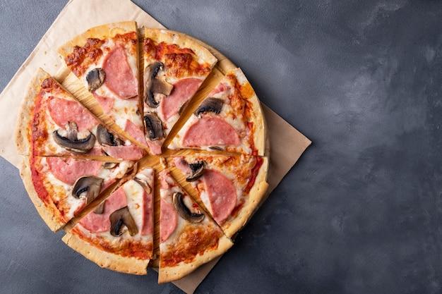Pizza de presunto e cogumelos