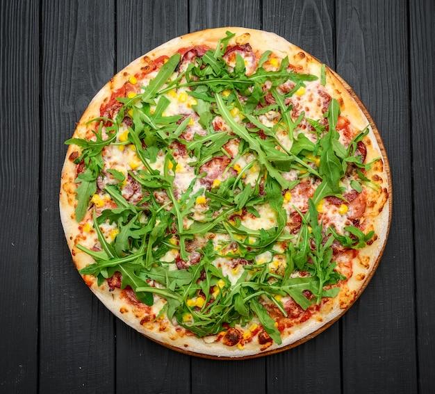 Pizza de presunto e rúcula com molho marinara
