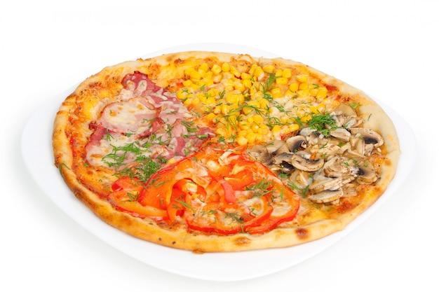 Pizza de quatro cores isolado no branco