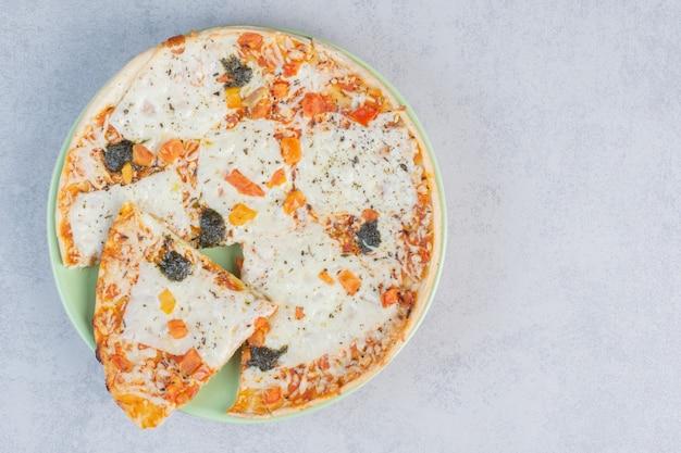 Pizza de quatro queijos brancos com parmesão derretido.