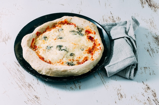 Pizza de quatro queijos caseira acabada de fazer. comida italiana