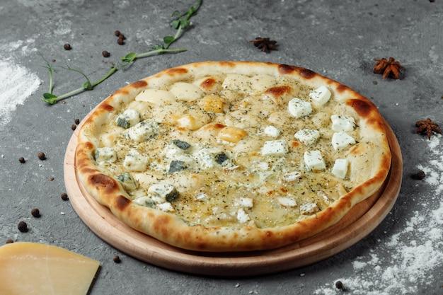 Pizza de quatro queijos, pizza italiana. pizza recheada com quatro variedades de queijo