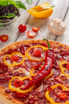 Pizza de queijo caseiro com salame