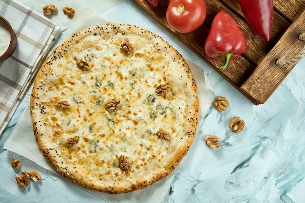 Pizza de queijo fresco italiana quatro com nozes. composição com pizza, molho e tomate.
