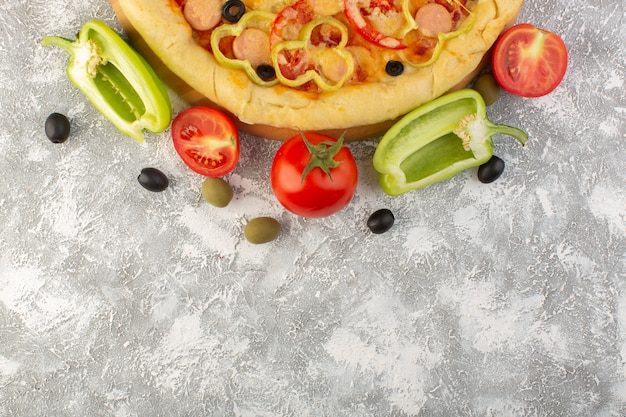 Pizza de queijo saborosa com salsichas de azeitonas pretas e tomates vermelhos no fundo cinza refeição de massa italiana fast-food