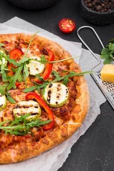 Pizza de rúcula de ângulo alto com queijo