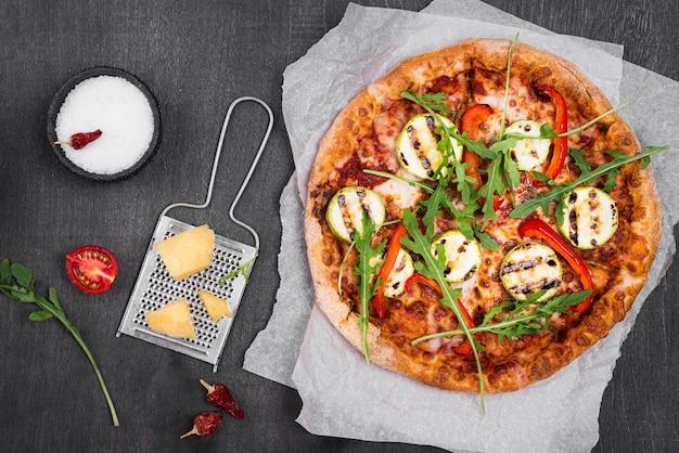Pizza de rúcula de vista superior com queijo