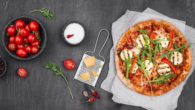 Pizza de rúcula plana leigos com queijo