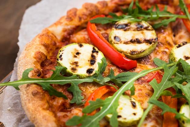 Pizza de rúcula saborosa de alto ângulo