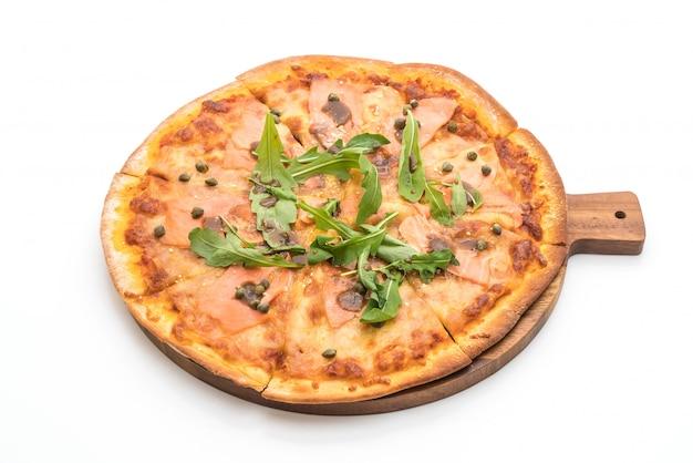 Pizza de salmão defumado, isolada no fundo branco