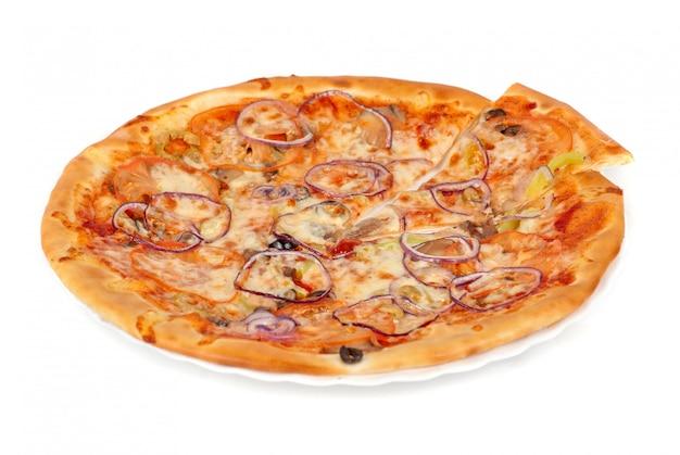 Pizza de vegetais closeup com tomate, pimenta búlgara, cebola, azeitona, champignon e queijo mussarela