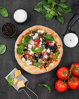 Pizza de vista superior com arranjo de tomate