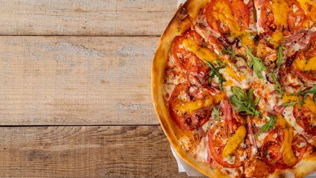 Pizza de vista superior com espaço de cópia