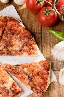 Pizza de vista superior com legumes