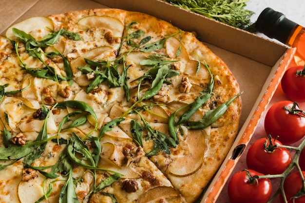 Pizza de vista superior com tomates