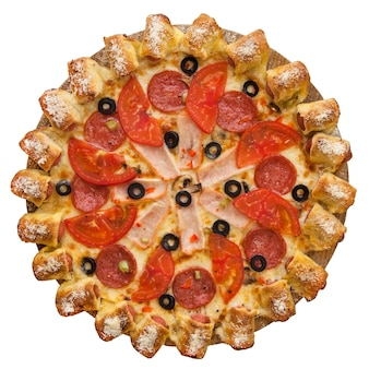 Pizza decorada com azeitonas isoladas em um fundo branco