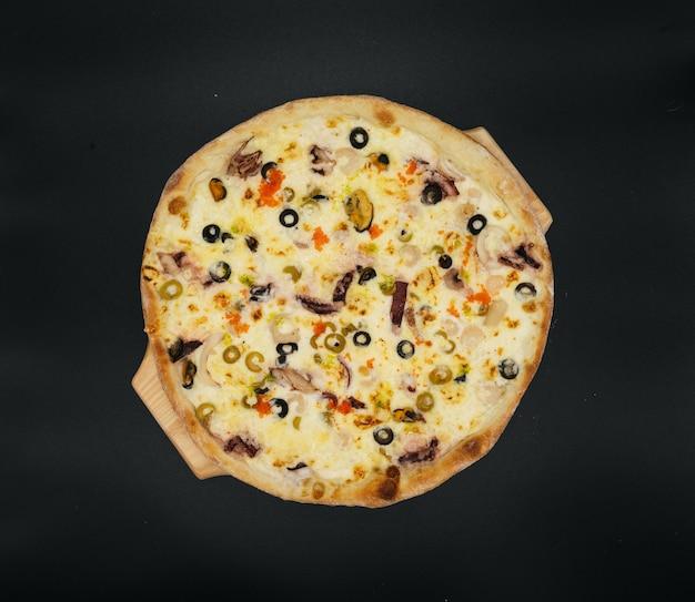 Pizza deliciosa com frutos do mar e azeitonas