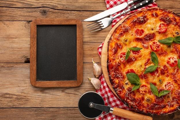Pizza deliciosa com quadro negro vista de cima