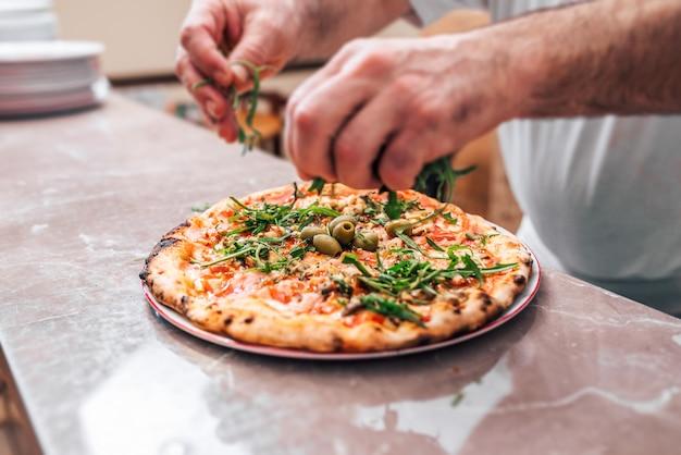 Pizza deliciosa com rúcula (salada de foguete).