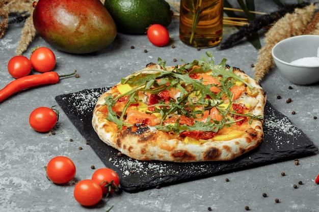 Pizza deliciosa com salmão e vegetais